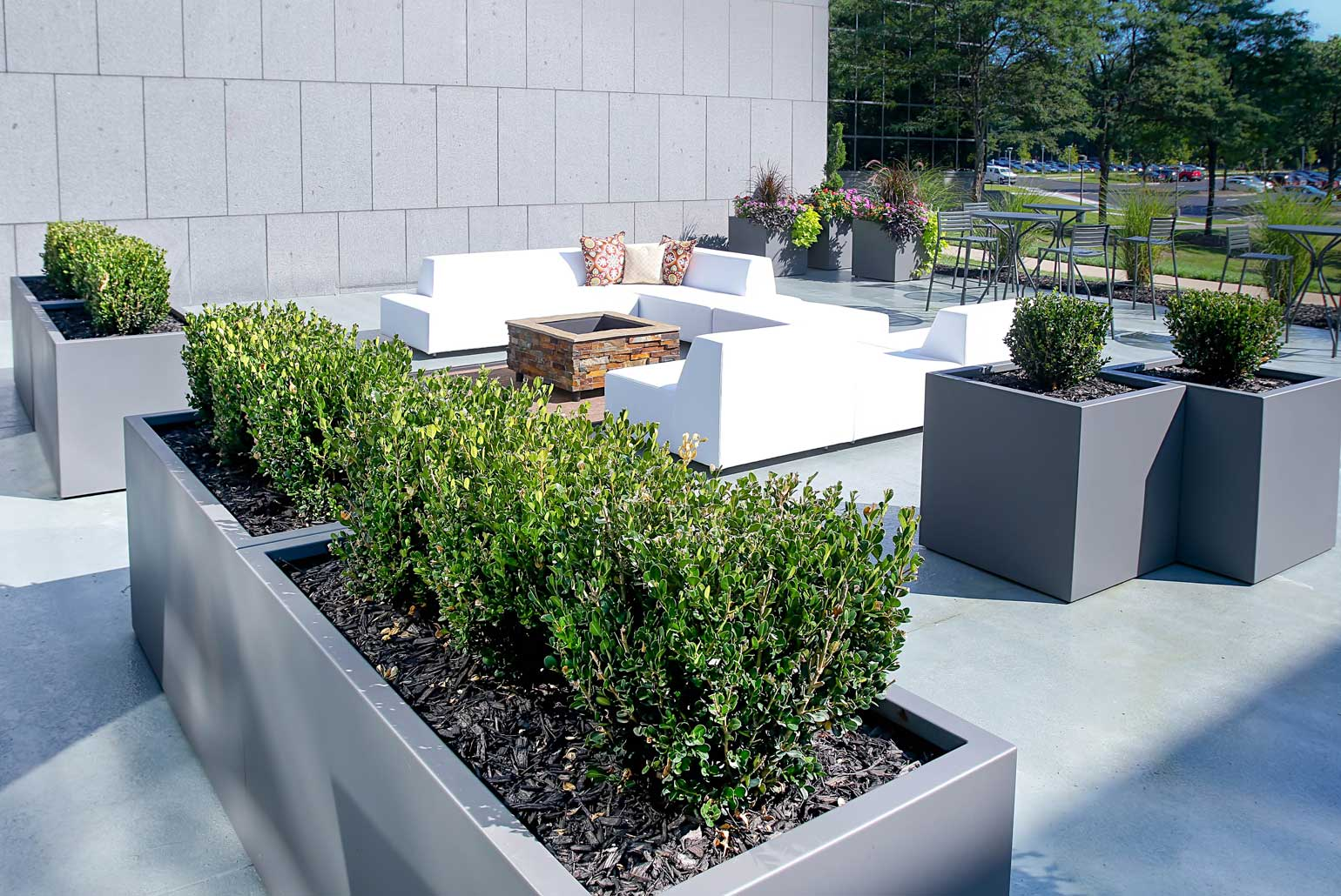 commercial-planters-modern-patio